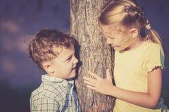2 счастливых дет играя около дерева на времени дня Стоковая Фотография RF