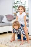 2 счастливых дет играя дома Стоковая Фотография
