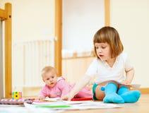 2 счастливых дет играя совместно Стоковые Изображения RF