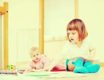 2 счастливых дет играя совместно Стоковая Фотография