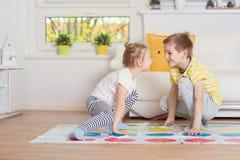 2 счастливых дет играя exciting игру дома Стоковое фото RF