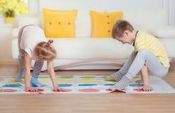 2 счастливых дет играя exciting игру дома Стоковые Фото