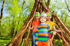 3 счастливых дет играя Injuns в лесе Стоковые Изображения RF