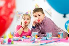 2 счастливых дет имея потеху на вечеринке по случаю дня рождения Стоковые Фотографии RF