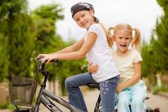 2 счастливых дет на велосипеде Стоковая Фотография