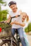 2 счастливых дет на велосипеде Стоковые Фото