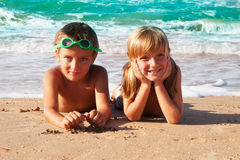 2 счастливых дет на пляже, море в предпосылке. Стоковая Фотография