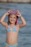 3 счастливых дет на пляже с красочными лицевыми щитками гермошлема Стоковое Изображение RF