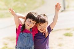 2 счастливых дет обнимая outdoors Стоковое Изображение