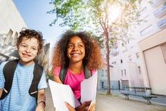 2 счастливых дет приближают к усмехаться школы Стоковое фото RF