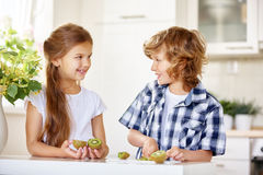 2 счастливых дет режа киви Стоковое Изображение RF