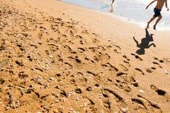 2 счастливых дет скача на пляж Стоковая Фотография