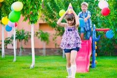 2 счастливых дет сползая на спортивную площадку Стоковая Фотография RF