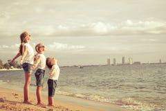 3 счастливых дет стоя на пляже Стоковые Изображения RF