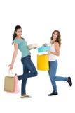 2 счастливых женских друз с хозяйственными сумками Стоковое Изображение RF