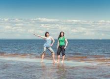 2 счастливых женщины в воде моря Стоковое фото RF