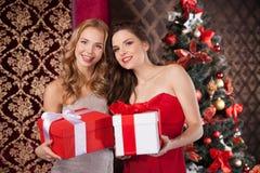 2 счастливых женщины держа подарочные коробки Стоковые Фотографии RF