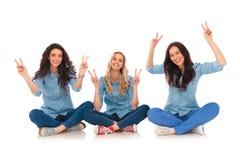 3 счастливых женщины делая знак руки победы Стоковое Фото