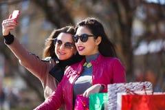 2 счастливых женщины делая фото selfie Стоковая Фотография RF