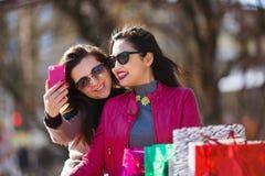 2 счастливых женщины делая фото selfie Стоковое Изображение RF
