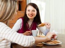 2 счастливых женщины злословя в доме Стоковые Изображения
