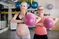 2 счастливых женщины на тренировке спортзала с шариком pilates Стоковые Изображения RF