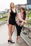 2 счастливых женщины на улице города Стоковое Фото