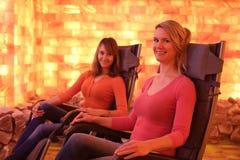 2 счастливых женщины ослабляя в holotherapy комнате соли Стоковое Фото