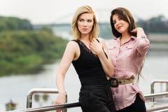 2 счастливых женщины стоя на мосте Стоковые Фотографии RF