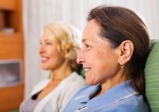 2 счастливых зрелых женщины Стоковые Фото