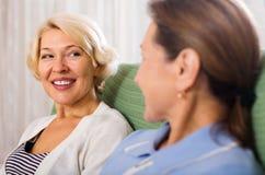 2 счастливых зрелых женщины Стоковые Изображения RF