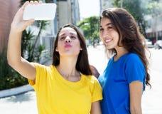 2 счастливых кавказских девушки принимая selfie Стоковое Фото