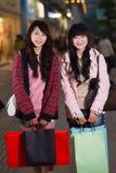 2 счастливых китайских женщины с хозяйственными сумками Стоковое Фото