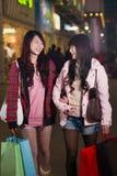 2 счастливых китайских женщины с хозяйственными сумками Стоковое фото RF