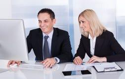 2 счастливых коллеги дела на офисе Стоковые Фото