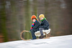 2 счастливых маленьких дет, мальчики, играя outdoors в снежном парке Стоковая Фотография