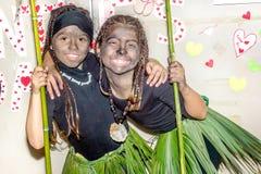 2 счастливых маленькой девочки одели в африканских костюмах племени для mas Стоковое Изображение RF
