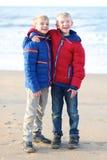 2 счастливых мальчика играя на пляже Стоковые Фото