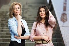 2 счастливых молодой женщины на шагах Стоковое Фото