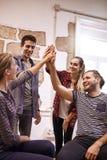 4 счастливых молодые люди высокий fiving Стоковое фото RF