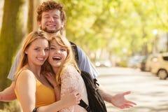 3 счастливых молодые люди друзей внешних стоковые фото