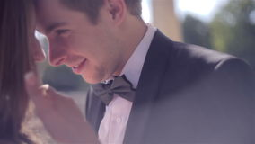 2 счастливых молодые люди целовать акции видеоматериалы