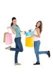 2 счастливых молодых женских друз с хозяйственными сумками Стоковое Изображение RF