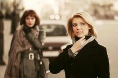 2 счастливых молодых женщины моды на улице города Стоковая Фотография RF