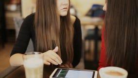 2 счастливых подруги с улыбкой таблетки в кафе акции видеоматериалы