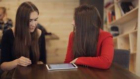 2 счастливых подруги с улыбкой таблетки в кафе сток-видео