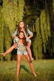 2 счастливых подруги Стоковое Изображение