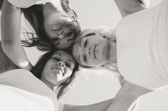 3 счастливых предназначенных для подростков девушки смотря вниз с outdoots Стоковое Изображение