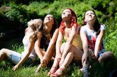 4 счастливых предназначенных для подростков подруги смотря совместно в одном направлении Стоковая Фотография RF