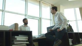 2 счастливых предпринимателя связывают в офисе напротив окон сток-видео